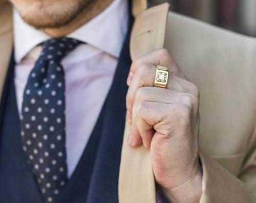 Мужской перстень на среднем пальце